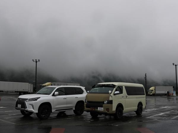 レクサス LX570 リフトアップ カスタム デモカー ハイエース ロドリフェス パーキングエリア 休憩