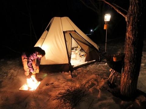 雪上キャンプ_テント_ピルツ_焚き火_夜