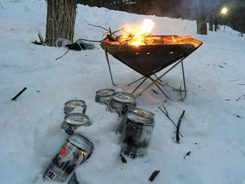 雪中キャンプ_焚き火_ビール